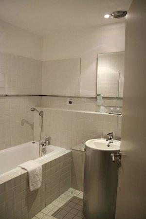Appart'hotel Odalys Le Cheval Blanc: A reasonable sized bathtub in the bathroom