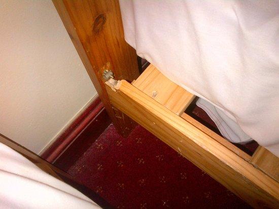 Hotel Olympia: Broken bed