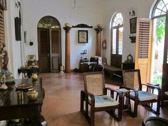 Les Hibiscus: common area - there are books to exchange /read in various languages.