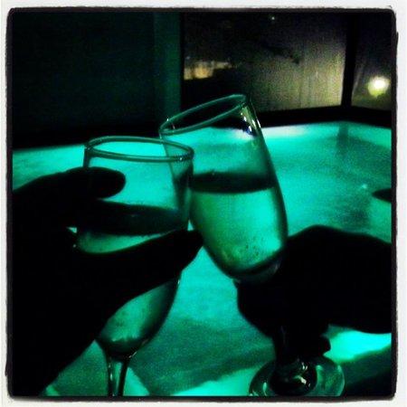 2122 Hotel Art Design : Um brinde na piscina aquecida
