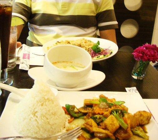 Enthaice: Wok-Tofu mit Cashew-Nuts, Coconut-Soup u. Fried Rice