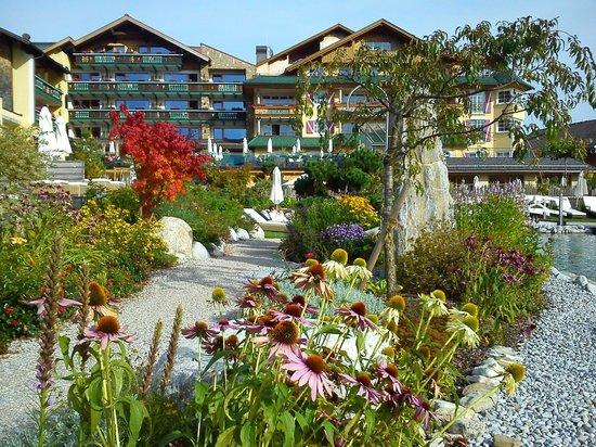 Wellnesshotel Engel : Blick vom Badesee auf Hotel