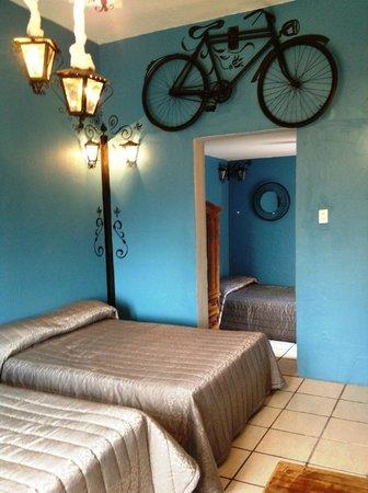 هوتل ميديا لونا: Habitacion 3 camas para 6 personas