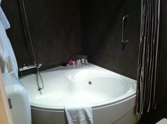 Hotel Montecarlo Barcelona: Bathtub