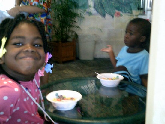 Bahama House: Enjoying Breakfast