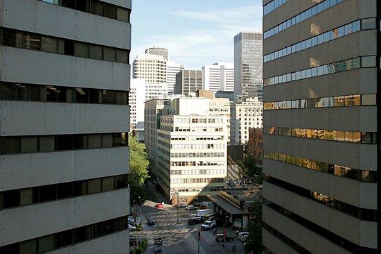Delta Montreal Hotel: Vue de notre chambre (Au fond la rue Ste Catherine)