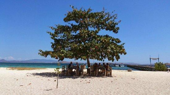 "Kanawa Island Resort: Las mesas del ""restaurante"""