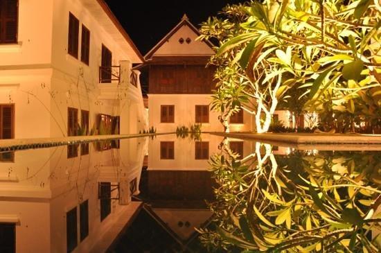 Victoria Xiengthong Palace: 夜の中庭