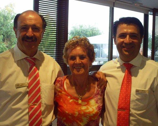 Kontokali Bay Resort and Spa: Der  Maitre d´Hotel Vassilis  und sein  Vizedirektor Kostas  verwöhnen mich und meinen Mann bere