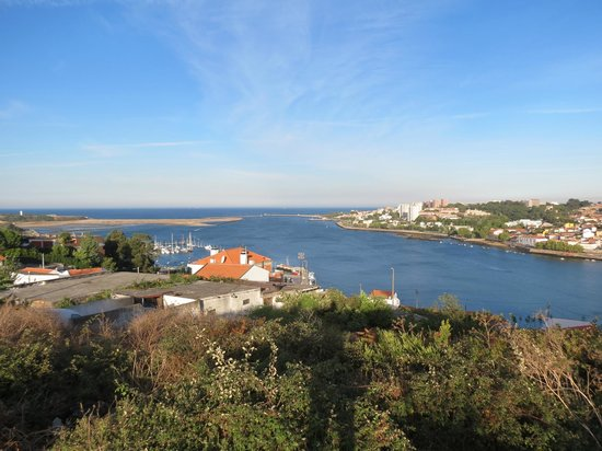 Novotel Porto Gaia: view from nearby the hotel: entrance of Douro River to the ocean.