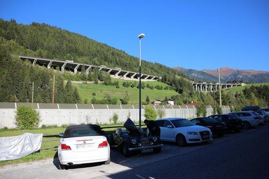 Hotel Restaurant Schaurhof: Brennerautobahn / Schallschutzmauer der Bahn