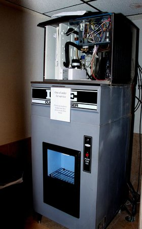 Red Lion Hotel Denver Southeast: Ice machine 9th floor.