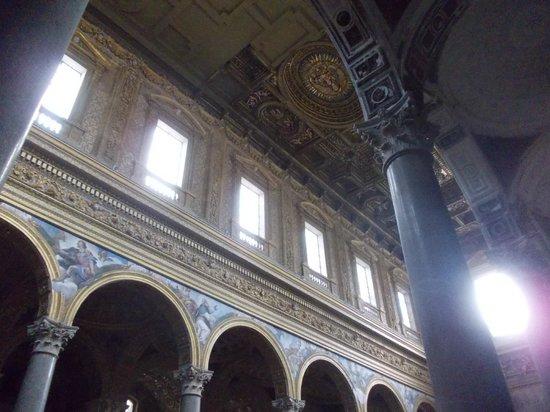 Chiesa dei Girolamini: decorazioni del soffitto della navata centrale