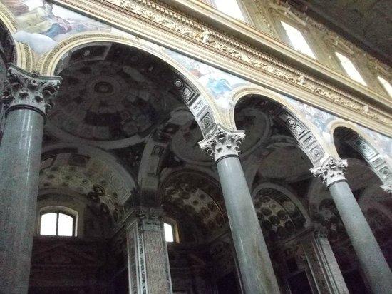 Chiesa dei Girolamini: decorazioni del soffitto della navata laterale
