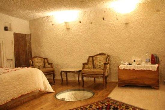 Village Cave House Hotel : 一人で使うにはヒロすぎるくらいの部屋
