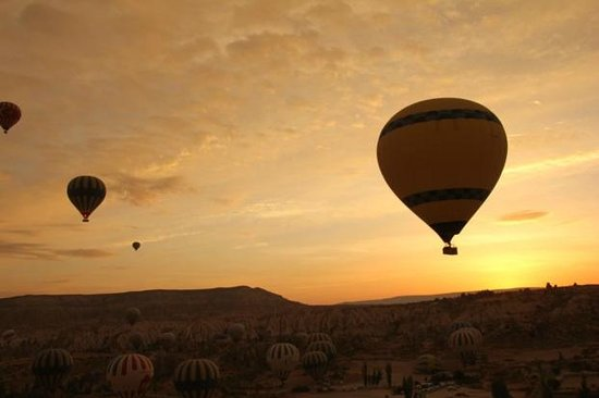 Village Cave House Hotel: ホテルの上の丘から。気球は見るだけでなく、乗ってもよし