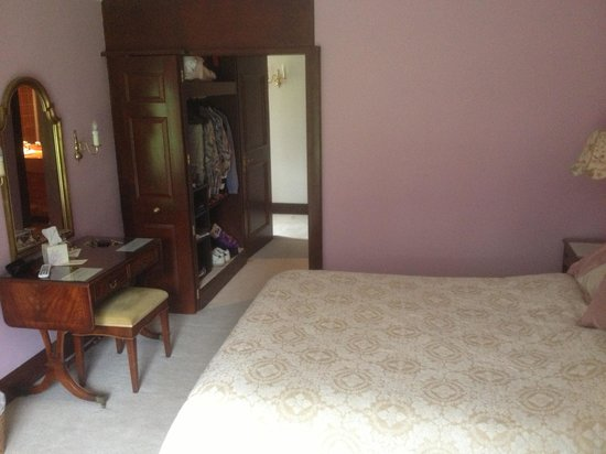 Knipoch Hotel: Bedroom and dressing room