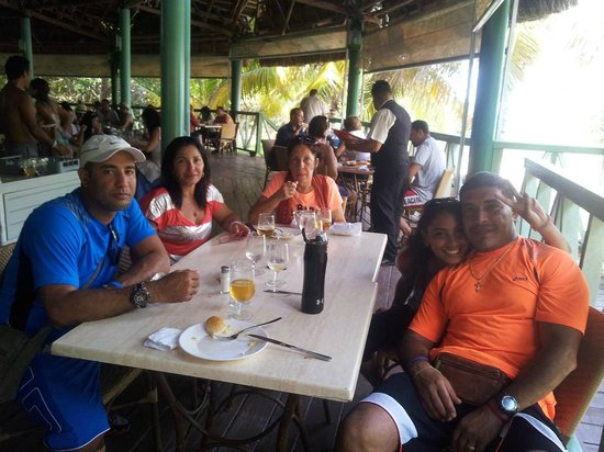 Hotel Roc Arenas Doradas: with my family having a wonderful meal at the beach restaurant