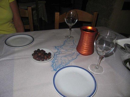 Taverna Kostas : Vinos y unas aceitunas.