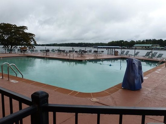 Clarion Resort on the Lake: SWIMING POOL AND DECK