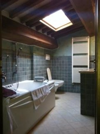Osteria del Borgo: upstairs bedroom, tub, two sinks, adjustable skylight