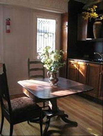 Celeste Guest House: dinnin area