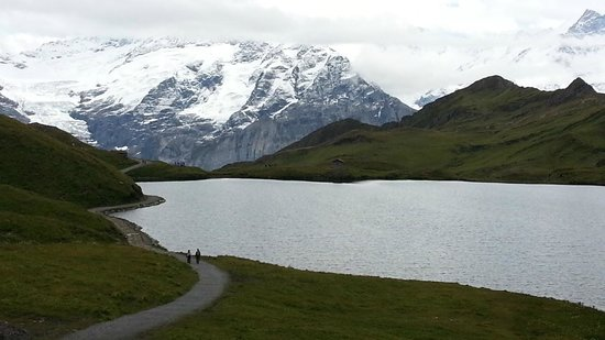 Grindelwald, Suiza: Bachalpsee Lake and Wetterhorn, behind the clouds (closer)