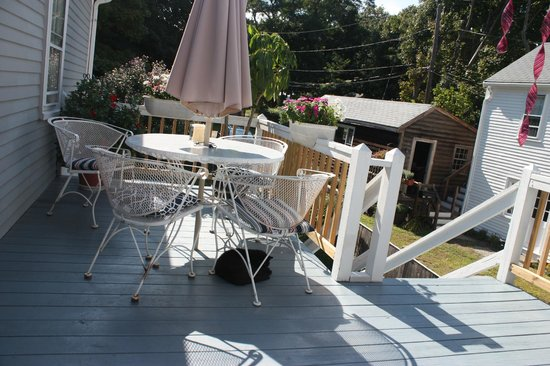 Sally Webster Inn: Patio deck off the back of the property