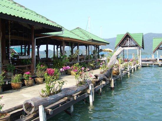 Salakphet Resort : บริเวณร้านอาหาร ทานอาหารไป ชมทะเลไป/ Open air restaurant