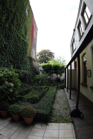 Hotel Het Gheestelic Hof: Pretty ivy-covered inner courtyard.