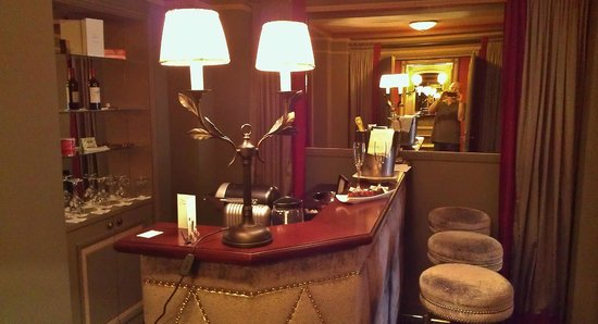InterContinental Bordeaux Le Grand Hotel : Full bar in suite