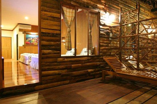Salakphet Resort: ที่นั่งเล่นหน้าห้องพัก 4 ท่าน/ Terrace of family room