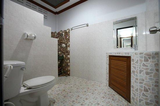 Salakphet Resort: ภายในห้องน้ำ ห้องพัก 4 ท่าน/ Family room's bathroom