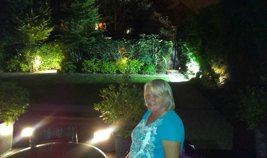 Hotel 55: Garden/patio at night