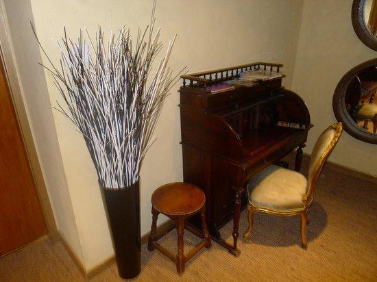 The Falls of Dochart Inn: A communal Room tastefully done.