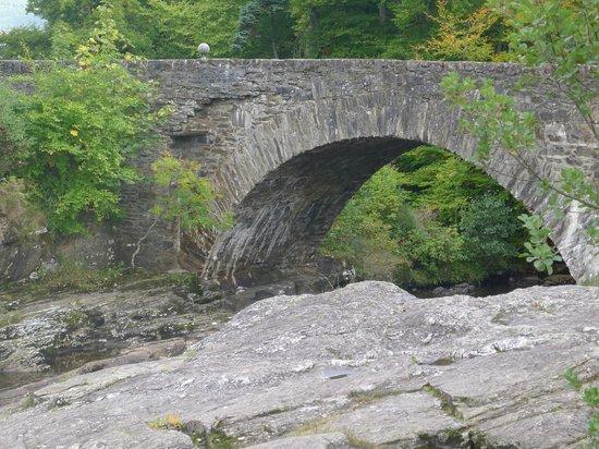 The Falls of Dochart Inn: The bridge outside the pub