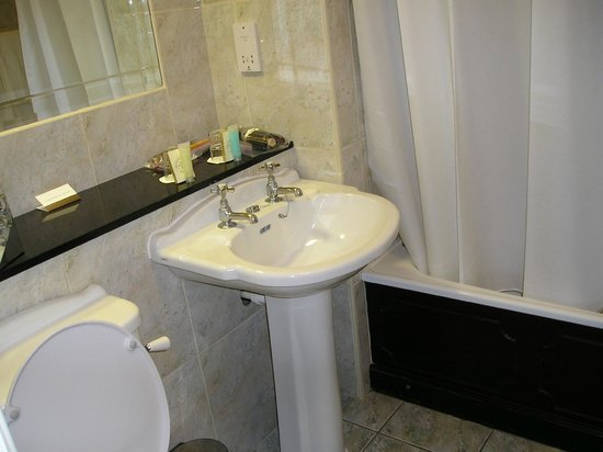 The Castlecourt Hotel: Bathroom in Family classic Room