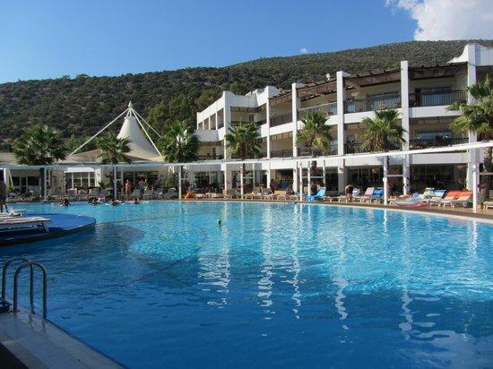 Latanya Park Resort: Piscina e struttura centarel dell'albergo
