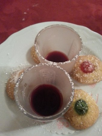Il Bargello : liquorini con biscotti