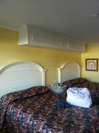Edgewater Inn: Two full beds