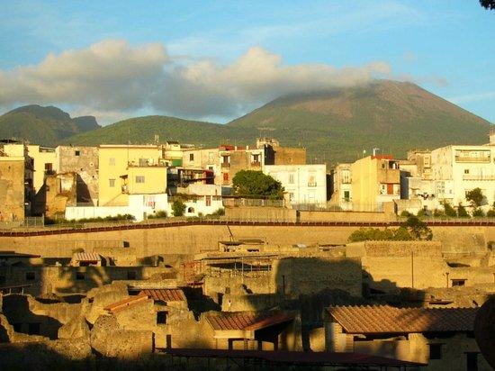 Ruins of Herculaneum: Antikes und modernes Ercolano und Vesuv