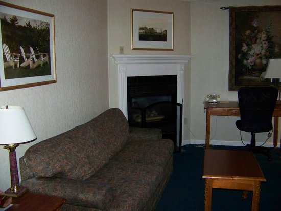 Best Western Merry Manor Inn: Fireplace and couch in the Fireplace Suite at Best Western Merry Manor, South Portland