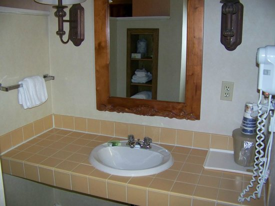 Best Western Merry Manor Inn: Other bathroom sink in the Fireplace Suite at Best Western Merry Manor, South Portland
