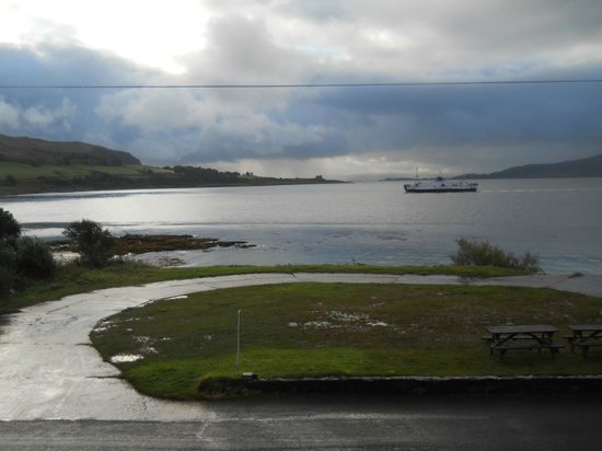 Lochaline Hotel: The wonderful view from the pub.