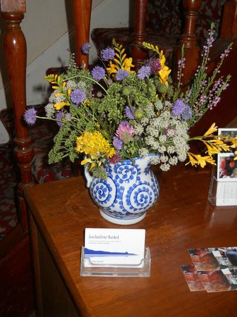 Lochaline Hotel: Lovely fresh flowers on a table in the front hall.