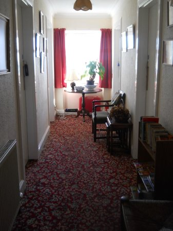 Lochaline Hotel: The upstairs hall. Cozy with books and houseplants.