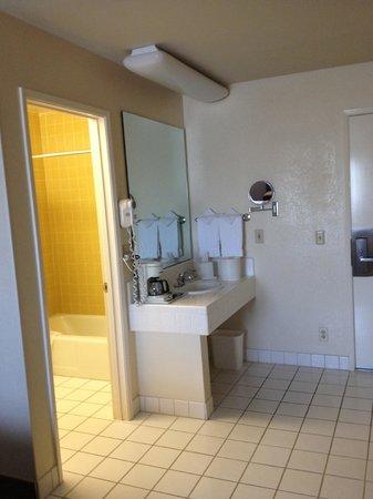 Laurel Inn & Conference Center: Vorbereich Bad