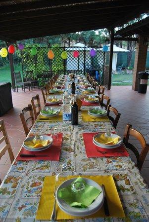 Podere Pratella: Si mangia all'aperto tutti insieme d'estate