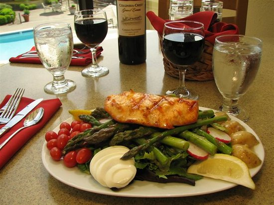 Sam's Restaurant and Lounge: Salmon Nicoise Salad