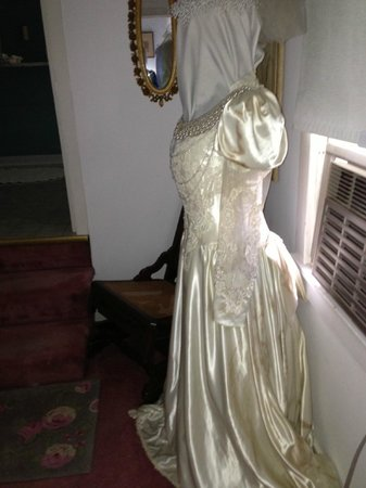 Isaac Hilliard House Bed and Breakfast: Antique gown - bride's bathroom